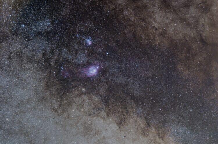 Stuk melkweg rond M8 (Lagoon) en M20 (Triffid) en nog veel meer bolhopen, gas, stof en sterren. 52 f
