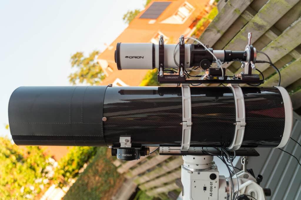 De telescoop met guidescope op Losmandy bevestigingssysteem