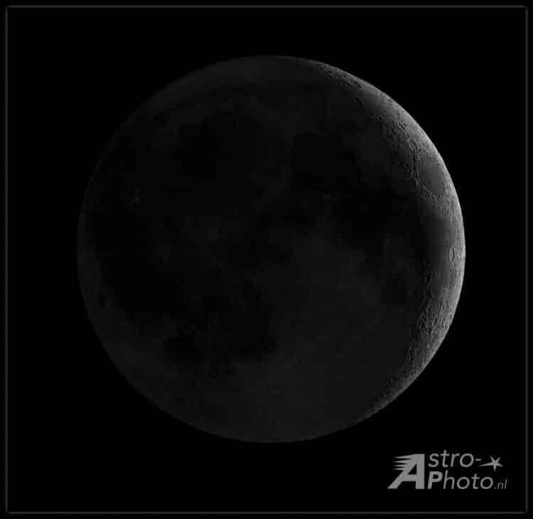 Compositie van 2 opnamen (volle maan en sikkel) om het aardschijn effect te laten zien zoals dat kor