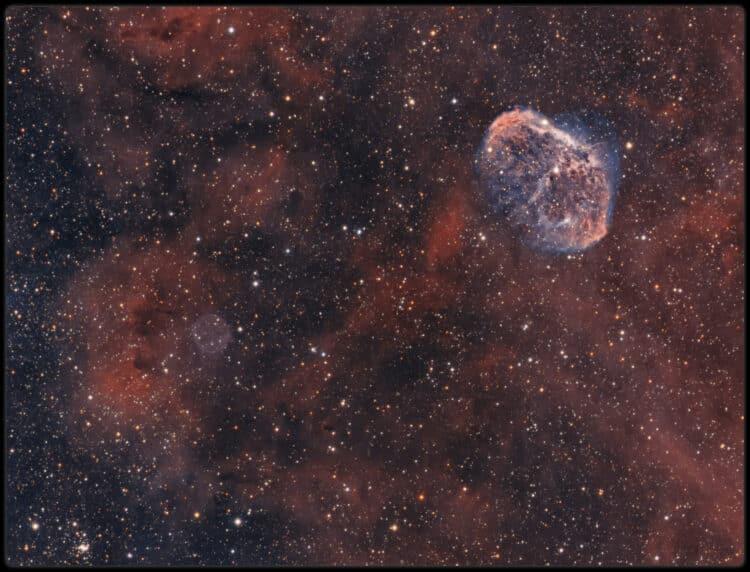 Een opname van de zeepbelnevel en zijn buurman de Crescent in het sterrenbeeld zwaan. Een uitgebreid