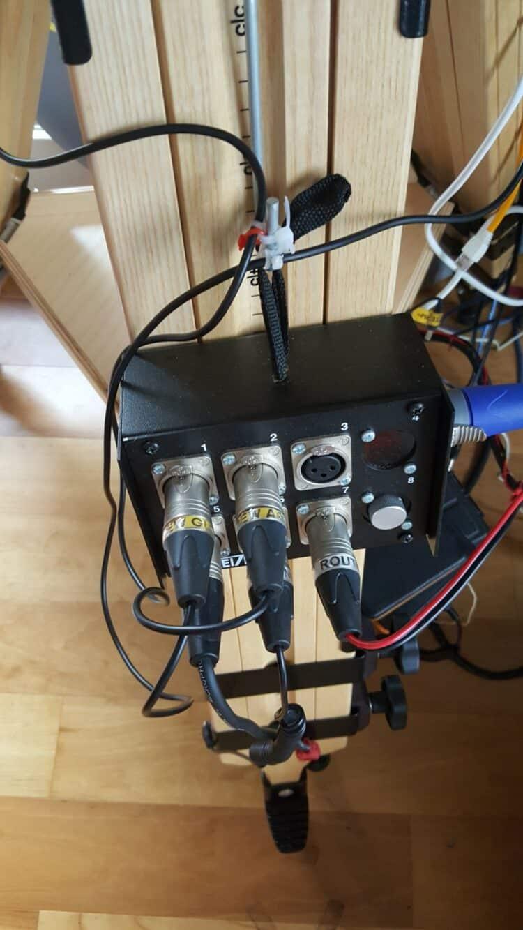"""Inderdaad, de voeding zelf bevindt zich in een simpele """"Gamma""""toolbox. De 12v output kabel s"""