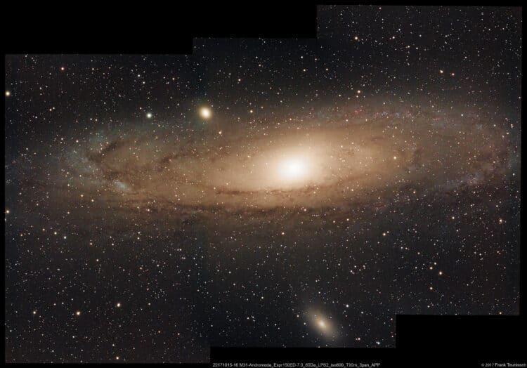 Heel wat werk gehad aan dit uit drie panelen bestaande mozaïek van het Andromeda sterrenstelsel. He
