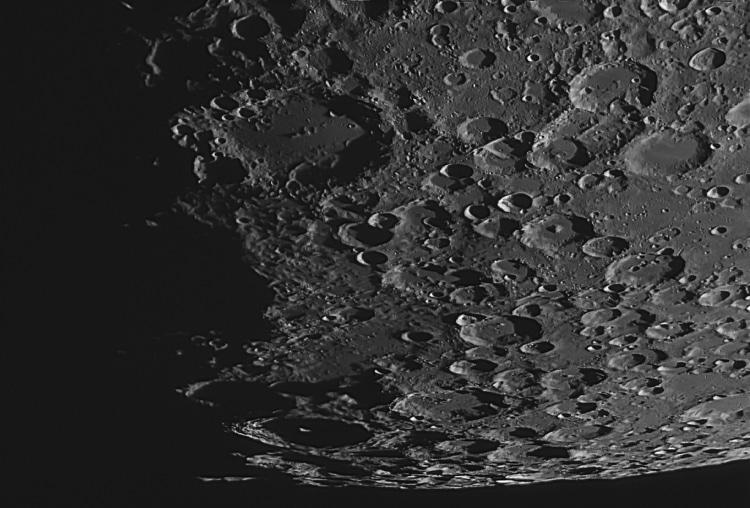 Close-up opname van het zuidpoolgebied van de Maan. Gemaakt in de koude nacht van vrijdag 23 februar