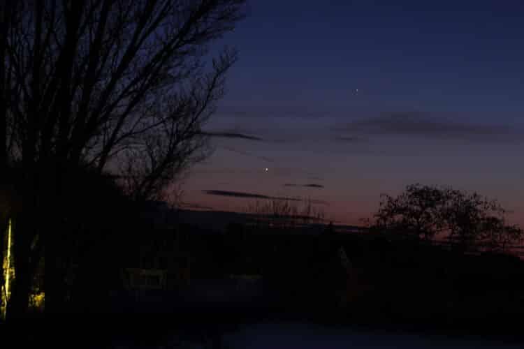 Sfeerfoto op zondagavond (18/3) van de samenstand van Venus en Mercurius. Mercurius was makkelijk te