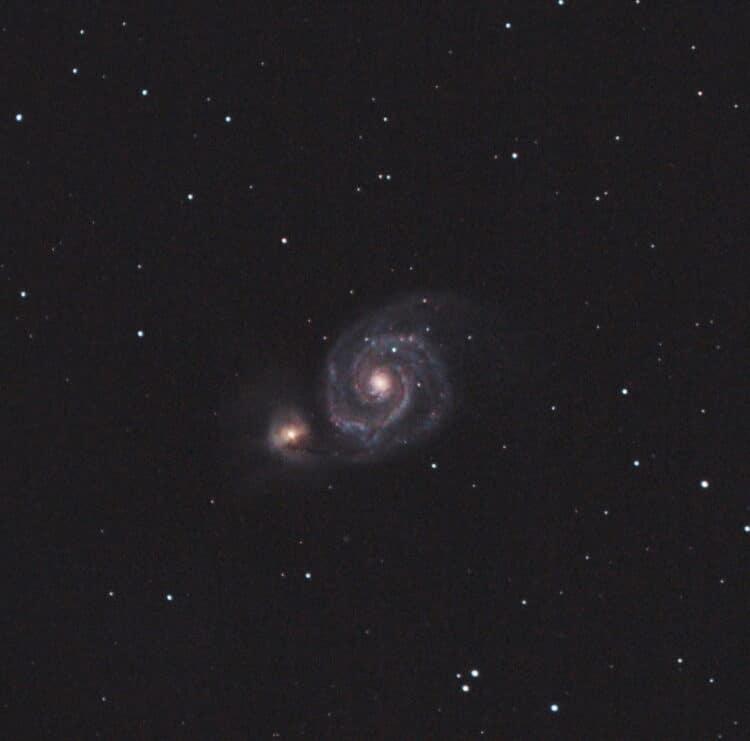 Een gecropte opname van M51 in de nacht van 20-4-2018 opgenomen uit Haarlem met een geschatte SQM-wa