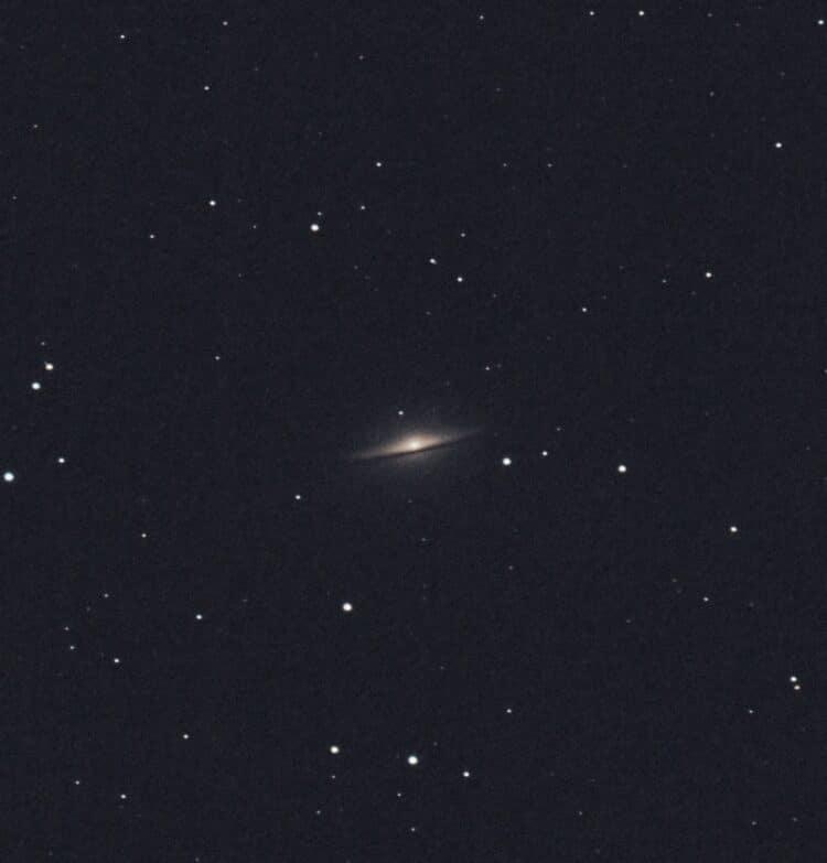 De Sombreronevel M104 bevindt zich als deze door het zuiden gaat maar ca 25 graden boven de horizon.
