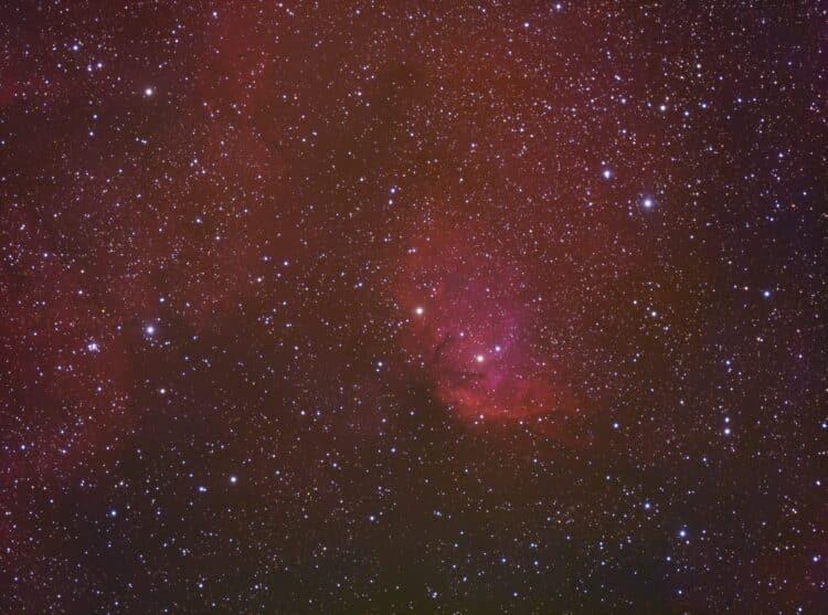 Daar is hij dan, na een week belichten (korte nachten), de Tulpnevel. 2x RGB @ 120 sec + 90x Ha @ 30