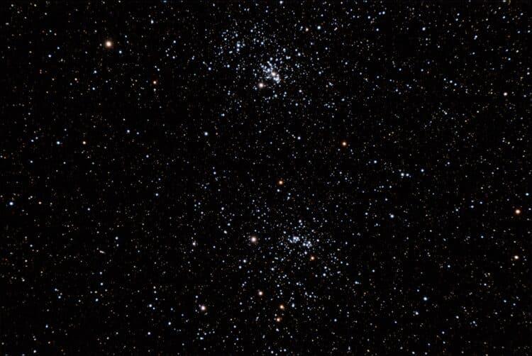 De dubbele sterrenhoop NGC 884 en NGC 869 in het sterrenbeeld Perseus in de nacht van maandag (17/