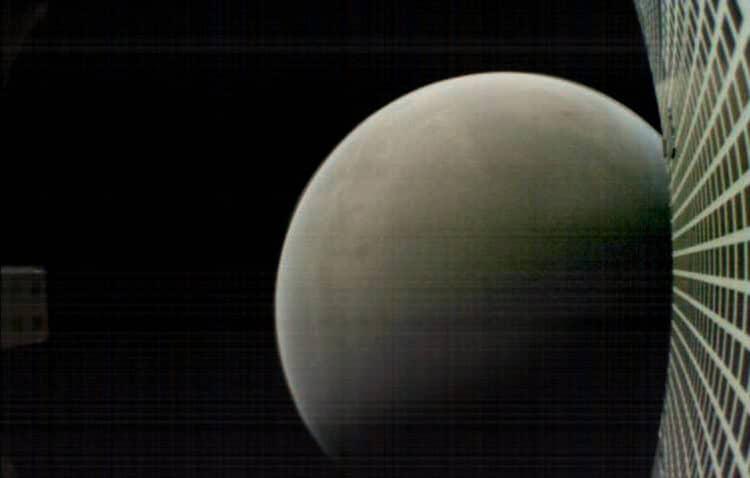 Foto van 1 vd Marco satellieten die nu verder weg vliegen en verder geen functie meer hebben. Groots