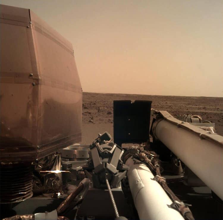 En de Insight lander, met de lenskappen open. Prachtig. pia22575-1041