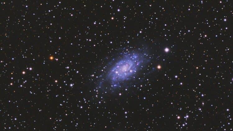 Net M33, maar dan in het klein want 2.7 keer zo ver weg (8 miljoen i.p.v. 3 miljoen lichtjaar) 40x 3