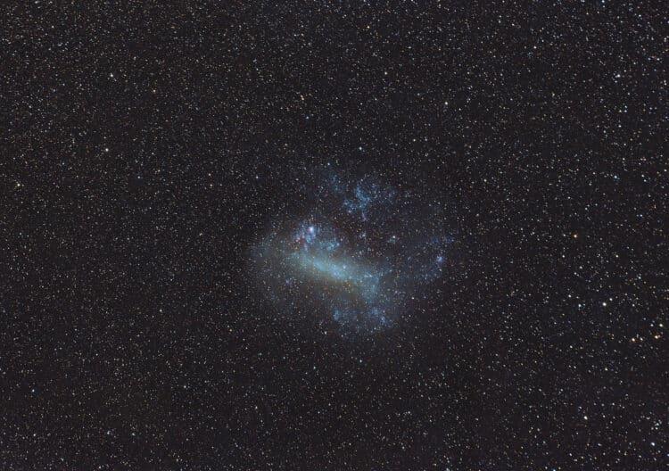 En als laatste in de serie, de LMC of Large Magellanic Cloud. De streperige sterren zijn hier pijnli