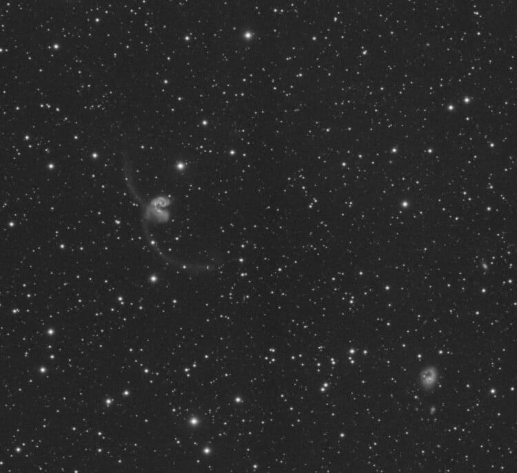 Laag in het zuiden gaat het sterrenbeeld Corvus door de meridiaan eind april/begin mei op maximaal 3