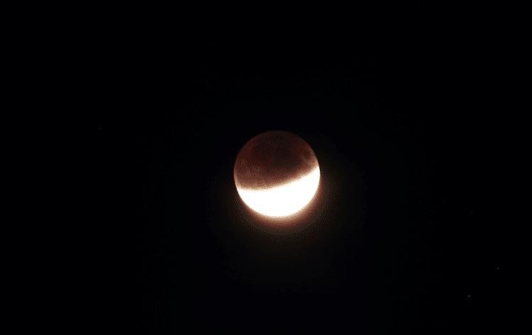Een impressie van de gedeeltelijke maansverduistering van gisteren (23,36 uur) te Haarlem. Op dat mo