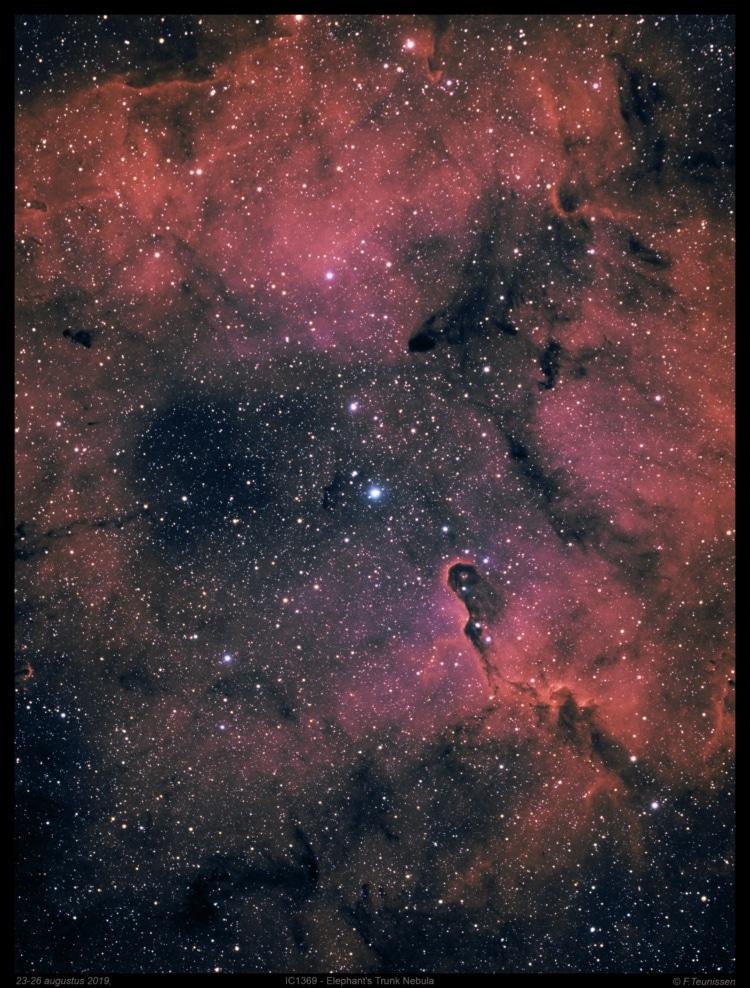 In het sterrenbeeld Cepheus staat deze open sterrenhoop omgeven door een grote nevelstructuur. De st