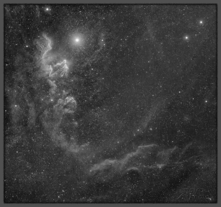 Deze afbeelding toont de uitgebreide nevels rond IC59 / IC63. Deze nevel is zeer zelden te vinden op