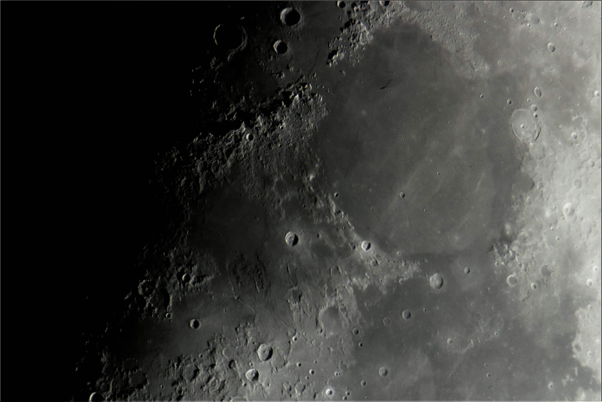 Hierbij 2 foto's van de Maan langs de terminator op 4 december. Er is een 5x powermate gebruikt op