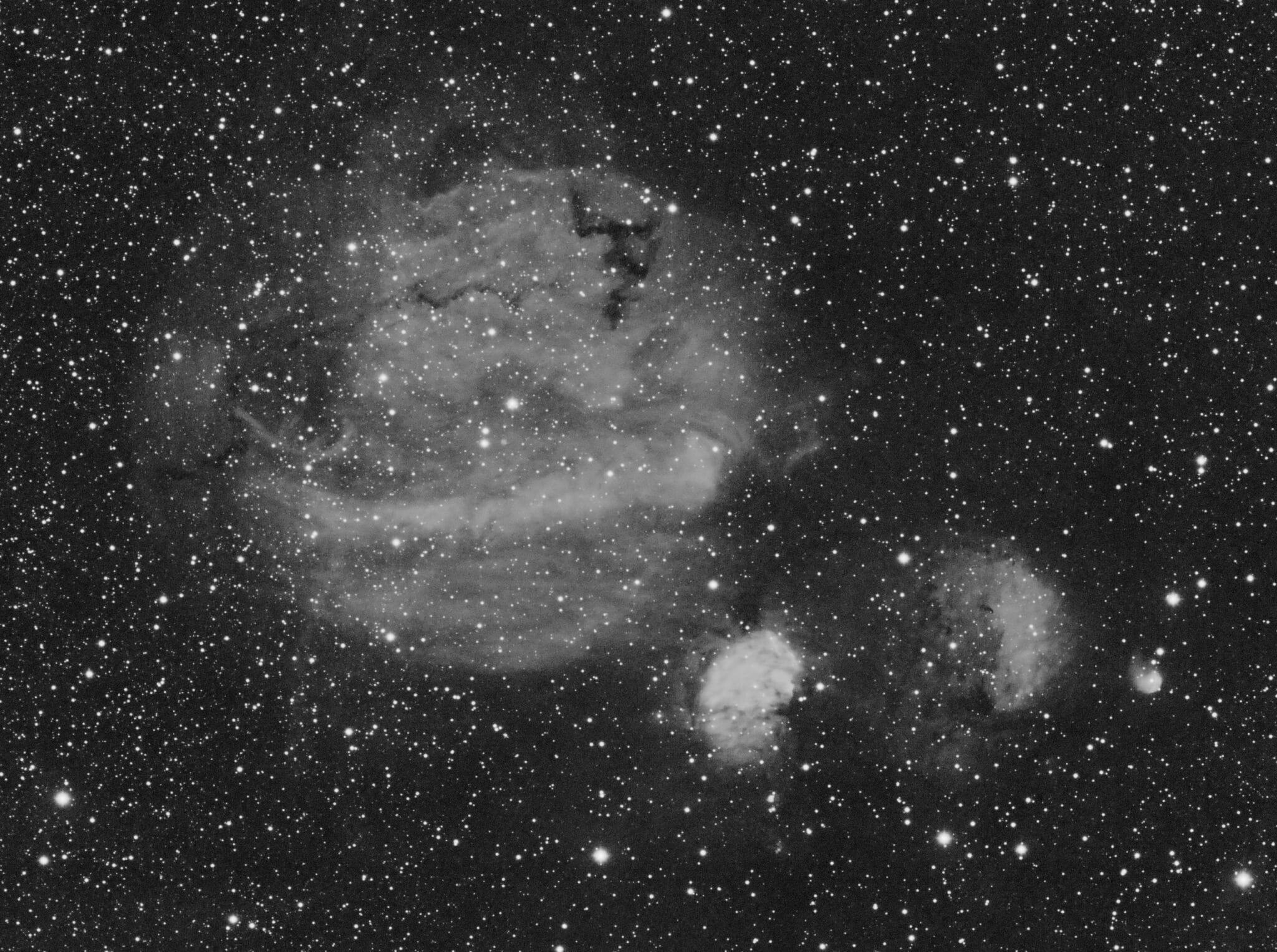 Kortweg het Sh2-235 complex in de Perseus arm in Voerman. Sh2-235 is relatief helder in H-alpha, de