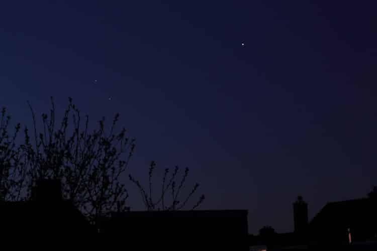 Vanmorgen dinsdag (31/3) om ca 6,15 uur de samenstand tussen Jupiter (rechts), Saturnus (links boven