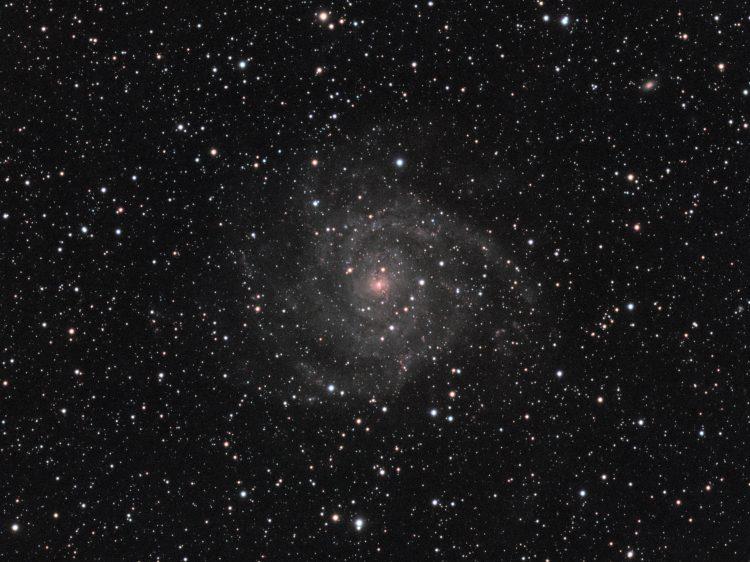Het sterrenstelsel IC342 wordt ook wel de Hidden Galaxy genoemd. De term Hidden Galaxy heeft het gek