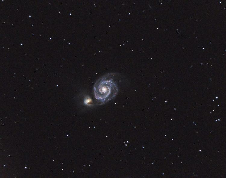 Een gecropte opname van M51 (Draaikolknevel) met daar achter NGC 5195 gefotografeerd in de nacht