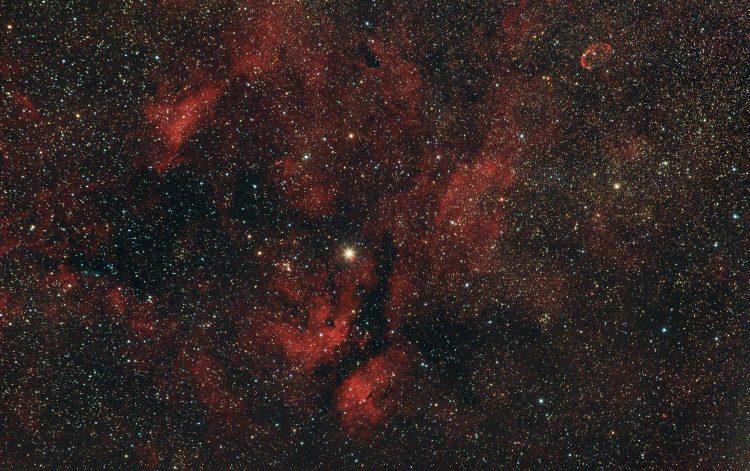 De Vlindernevel IC 1318 en de Sikkelnevel NGC 6888 bij Sadr in het sterrenbeeld de Zwaan. 13-7-2