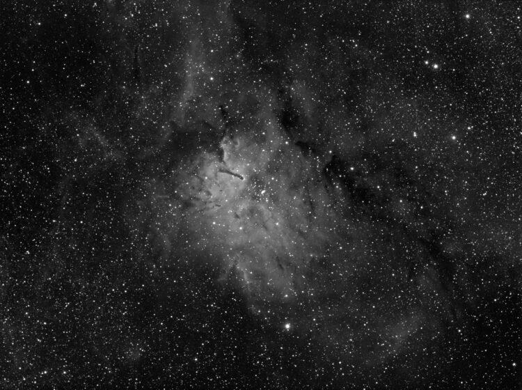 NGC6823 is een open sterrenhoop in een nevel met de naam Sh2-86. Het is een mooi gebied voor H-alpha