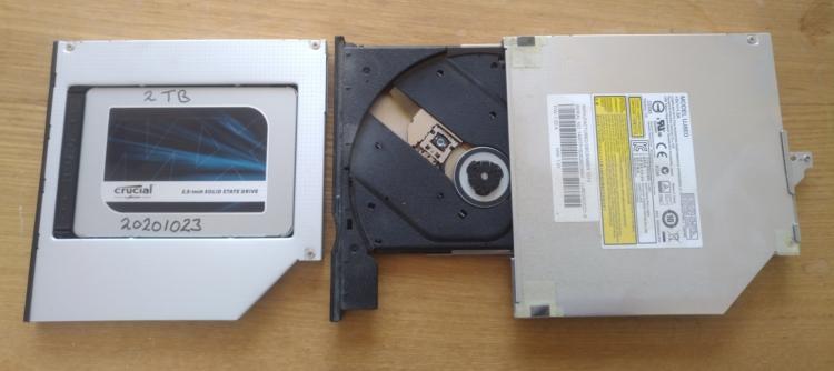 De Toughbook laptop heeft een 2 Terabyte SSD intern en een DVD drive, maar ik doe tegenwoordig niets