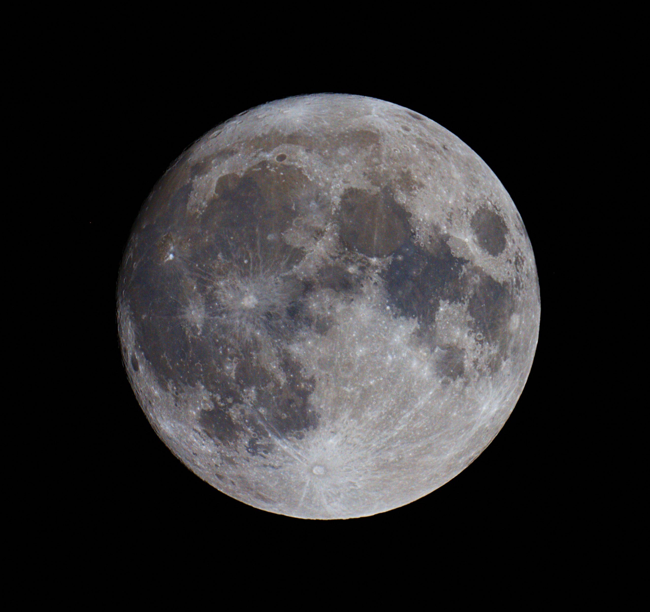 Puur plezier met de kleine maksutov 127 en Canon 5D mk2, de grote boze volle maan waar ik zo'n