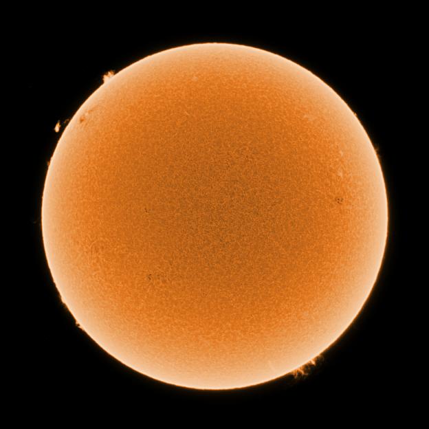 Gisteren was de Zon sinds lange tijd weer erg saai, geen zonnevlek (behalve een minuscuul exemplaar)